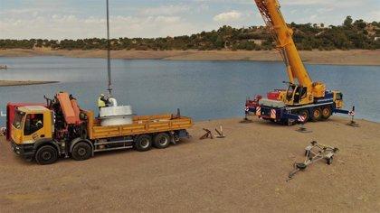 Buzos de Endesa trabajan a 15 metros de profundidad para modernizar la central hidroeléctrica de Cala, en Sevilla