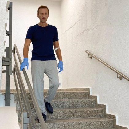 """El opositor ruso Navalni no puede ni servirse un vaso de agua, pero está """"camino"""" de la recuperación tras ser envenenado"""