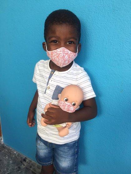 Un niño de tres años vuelve a Togo tras ser intervenido en el Hospital Materno Infantil de Málaga