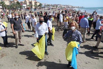 La reina Sofía participa como voluntaria en la campaña de recogida de residuos '1m2 por las playas y los mares'