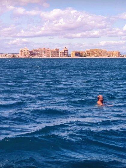Camina desnudo por un paseo marítimo, se adentra en mar abierto huyendo de la policía y acaba rescatado por Salvamento