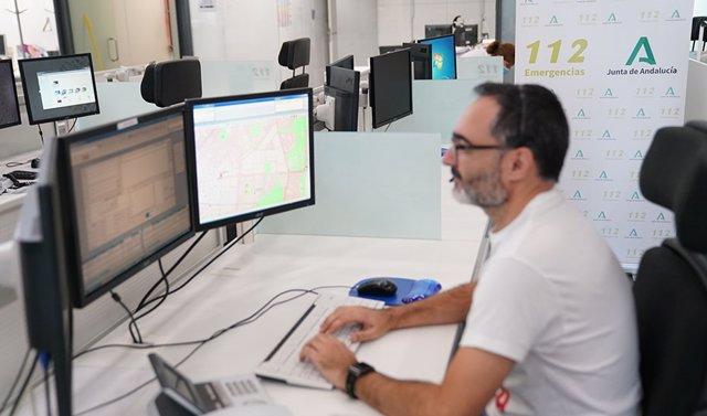 Un operador en la sala regional de 112 Andalucía.