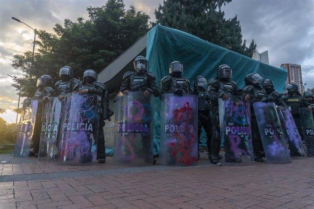 Policías de Colombia durante las protestas por la muerte de un hombre bajo custodia
