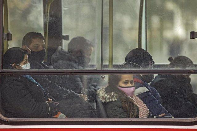 Viajeros de un autobús en Buenos Aires, Argentina.