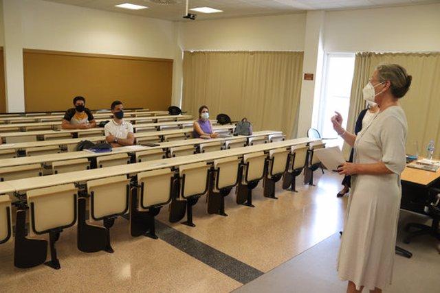 Pla general d'una classe de 4t de grau a la Facultat de Ciències Econòmiques i Empresarials de la UdG el 14 de setembre de 2020 (Horitzontal)