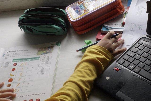 Foto de archivo. Un niño estudia y hace los deberes en casa