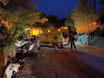 Cuatro heridos, uno de ellos grave, tras un choque frontal de un turismo contra un muro en Collado Villalba
