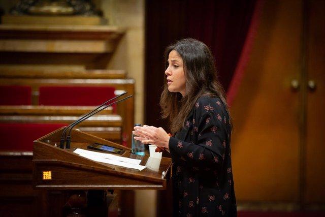 La diputada de la CUP María Sirvent intervé des de la tribuna en el Parlament de Catalunya.