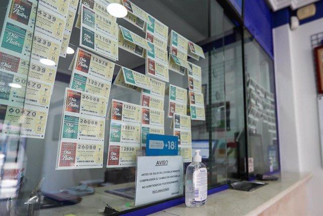Gel desinfectante en el interior de una Administración de Lotería en Manises