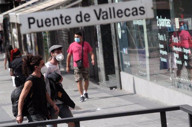 Vecinos pasean al lado del metro de Puente de Vallecas, en Madrid (España), a 16 de septiembre de 2020.