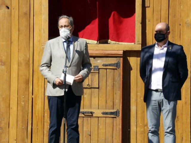 Pla mitjà del president Quim Torra i de l'alcalde de Balaguer, Jordi Ignasi Vidal, durant el discurs inaugural del mercat del llibre infantil Encontats, el 20 de setembre de 2020. (Horitzontal)