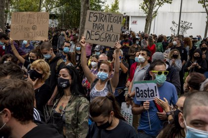 """El Madrid 'restringido' se moviliza contra los """"confinamientos segregadores"""" y pide la dimisión de Ayuso"""