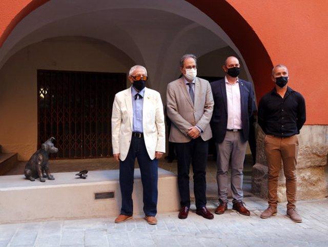 Pla general de l'escriptor Josep Vallverdú, el president de la Generalitat, Quim Torra, i l'alcalde de Balaguer, Jordi Ignasi Vidal, al costat de l'escultura dedicada al personatge del Rovelló, el 20 de setembre de 2020. (Horitzontal)
