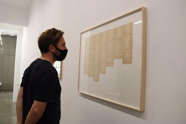 Un home observa una obra de Mar Arza a la galeria Rocio Santa Cruz de Barcelona. Imatge del 20 de setembre del 2020. (Horitzontal)
