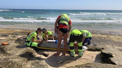 Una mujer resulta herida al sufrir una caída en la playa del Burro