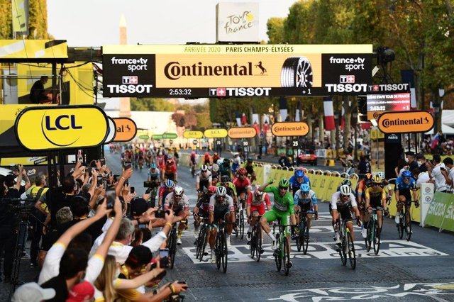 El ciclista irlandés Sam Bennett (Deceuninck-Quick Step) gana la última etapa del Tour de Francia 2020 en los Campos Elíseos de París