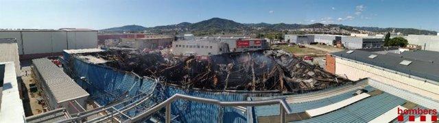 Incendi controlat en la planta de Sant Feliu de Llobregat (Barcelona) on es va declarar un incendi el dijous 18 de setembre.