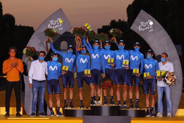 El equipo ciclista Movistar Team, en el podio del Tour de Francia 2020 como mejor equipo de la 107ª edición de la ronda gala