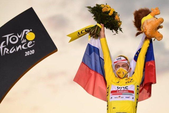 El ciclista esloveno Tadej Pogacar (UAE-Team Emirates), en el podio del Tour de Francia como ganador de la 107ª edición de la ronda gala