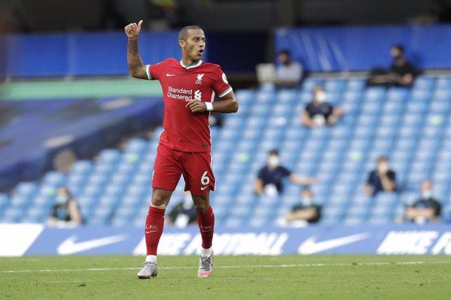 El jugador del Liverpool FC Thiago Alcántara en el partido contra el Chelsea en Stamford Bridge, con triunfo para los 'reds' (0-2), en la segunda jornada de la Premier League 2020/21