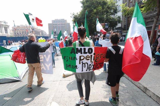México.- Felipe Calderón apoya la acampada del Frente Anti AMLO en el centro de