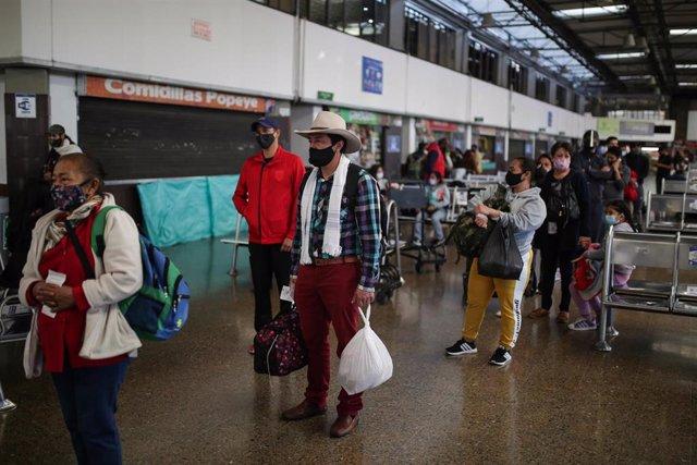 Un grupo de pasajeros del Aeropuerto Internacional de Bogotá durante la reciente apertura de aeropuertos en Colombia.