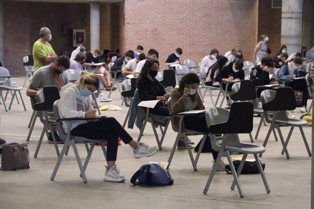 Pla obert de diversos estudiants examinant-se de les PAU en el Palau Firal de Girona el 21 de setembre de 2020 (Horitzontal)