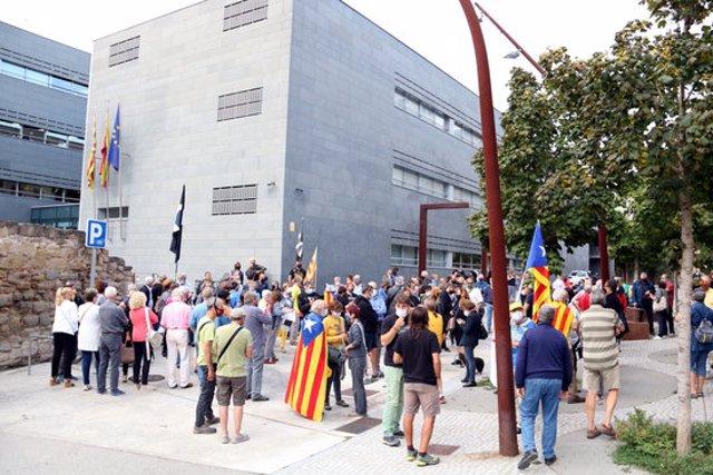 Desenes de persones concentrades davant dels Jutjats de Manresa per donar suport a Pesarrodona. 21 de setembre de 2020. (Horitzontal)