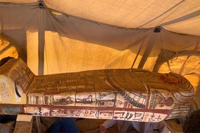 Decenas de ataúdes intactos de 2.500 años hallados al sur de El Cairo