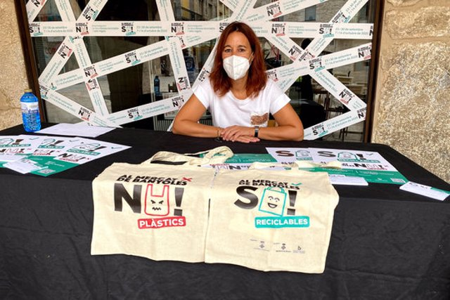 Pla obert de la regidora de Promoció Econòmica de Banyoles, Anna Tarafa, amb dues bosses de tela en la presentació de la campanya 'Al mercat de Banyoles sí reciclables, no plàstics!' el 21 de setembre de 2020 (Horitzontal)