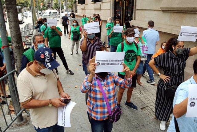 Pla obert de la protesta de la PAH Barcelona davant la delegació del govern espanyol per aturar els desnonaments, el 21 de setembre del 2020 (Horitzontal).