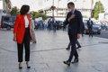 Arranca la reunión entre Sánchez y Ayuso en Sol, tras recibirle la presidenta, entre abucheos de manifestantes