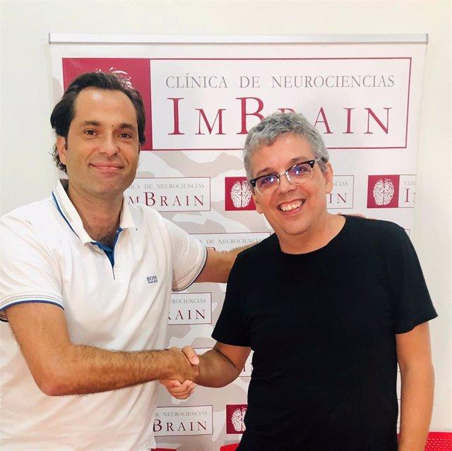 El cantautor Pedro Guerra y Jesús Romero Imbroda, jefe del Servicio deNeurologíadel Hospital Quirónsalud Málaga