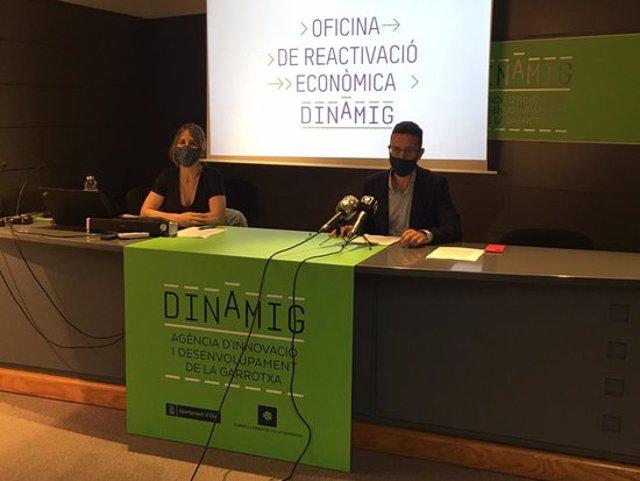 El primer tinent d'alcalde d'Olot, Estanis Vayreda, i la regidora d'Empresa i Comerç, Gemma Canalias, aquest 21 de setembre del 2020 explicant els projectes que impulsarà l'Oficina de Reactivació (Horitzontal)