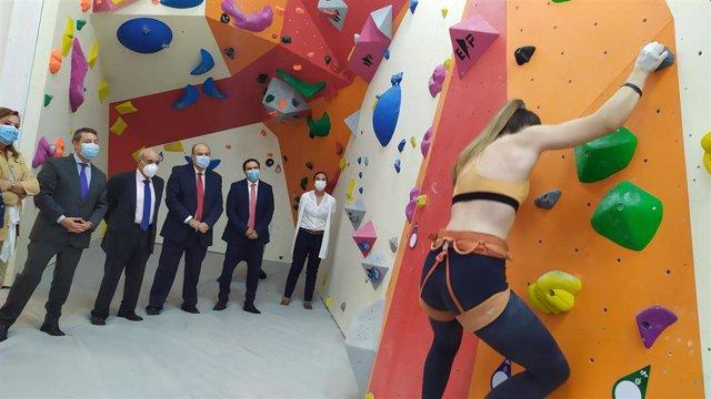 Exhibición de escalada en la inauguración del centro deportivo de espeleologíay montaña de chillarón