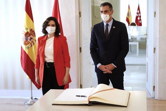 El jefe del Ejecutivo, Pedro Sánchez, junto a la presidenta de la Comunidad de Madrid, Isabel Díaz Ayuso
