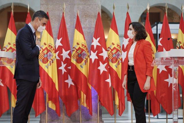 El presidente del Ejecutivo, Pedro Sánchez y la presidenta de la Comunidad de Madrid, Isabel Díaz Ayuso, se despiden después de ofrecer una rueda de prensa tras su reunión en la sede de la Presidencia regional