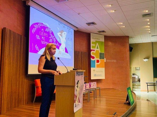 La directora del Instituto Andaluz de la Mujer (IAM), Laura Fernández, presenta en la Escuela Andaluza de Salud Pública un nuevo número de la serie Cuadernos para la Salud de las Mujeres.