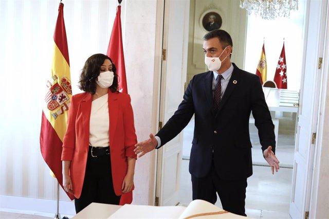 El jefe del Ejecutivo, Pedro Sánchez, junto a la presidenta de la Comunidad de Madrid, Isabel Díaz Ayuso, tras firmar en el libro de visitas de la comunidad antes su reunión en la sede de la Presidencia regional, en Madrid (España), a 21 de septiembre de