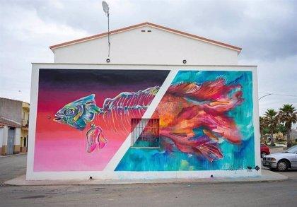 La Casa de Cultura de Alcuéscar (Cáceres) se decora con las obras de tres artistas del programa 'Muro crítico'