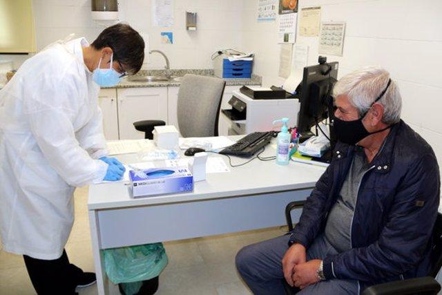 Un familiar donant mostres d'ADN per facilitar la identificació dels afusellats a la fossa de Sorpe. Imatge del 21 de setembre del 2020. (horitzontal)