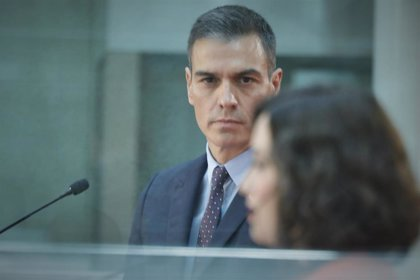 Sánchez dice ante Ayuso que por Barajas solo han entrado un 0,2% de los contagios de Madrid