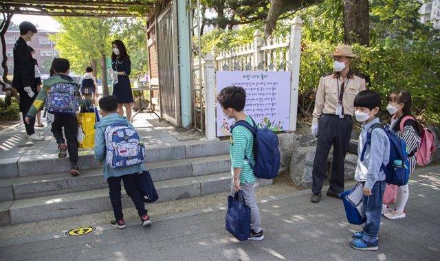 Coronavirus.- Miles de estudiantes vuelven a clase en Seúl ante un descenso de l