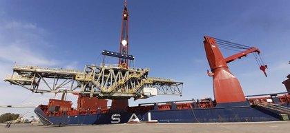 Zarpa del puerto de Sevilla un buque con grandes estructuras metálicas para un cargadero de cereal de Canadá