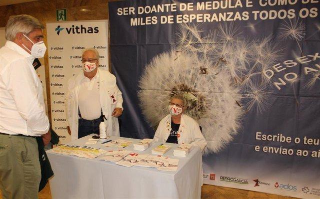 Mesa informativa sobre donación de médula ósea en el hospital Vithas de Vigo, en cooperación con la Asociación de Donantes y Receptores de Órganos de Vigo (Adrovi).