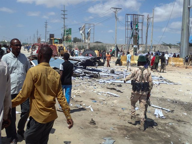 Civils i soldats de l'Exèrcit de Somàlia després d'un atemptat d'Al-Shabab a Mogadiscio
