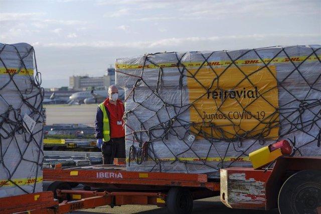 Recepción de material comprado para donaciones por Ferrovial