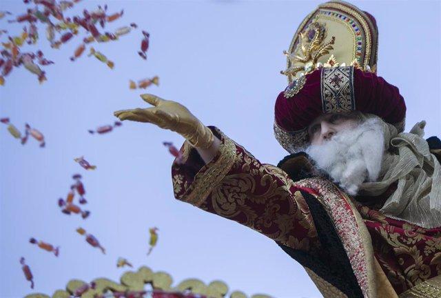El Rey Melchor durante la cabalgata de los Reyes Magos en Sevilla, a 05 de enero de 2020.
