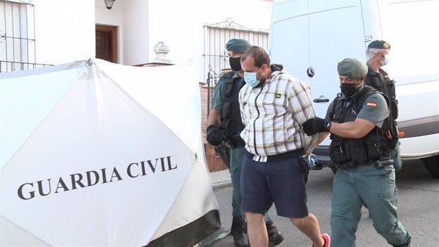 El detenido por la muerte de Manuela Chavero, Eugenio D.H., sale de su vivienda en Monesterio