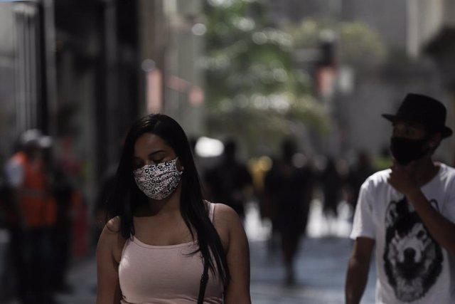Coronavirus.- Brasil logra un ligero descenso en el número de fallecidos diarios